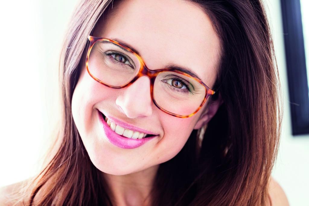 Praktyczne, modne i piękne, czyli jak dobrać okulary, żeby podkreślić urodę i skorygować niedoskonałości twarzy.