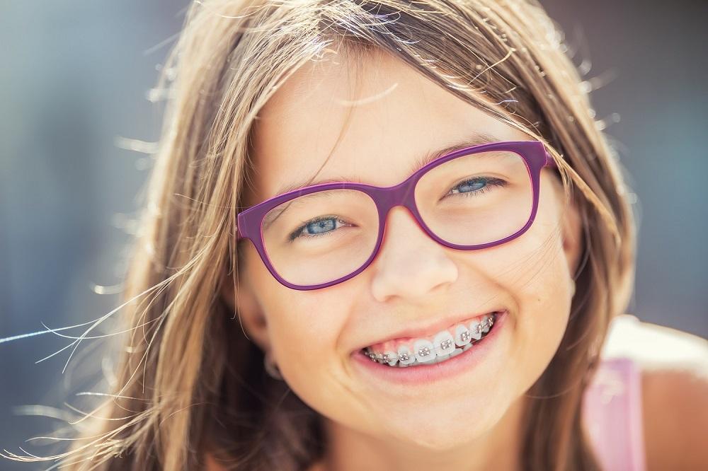 Aparat ortodontyczny – zmora nastolatków czy modny gadżet?